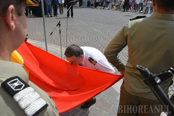 Ziua drapelului: Oficialităţile judeţului, în frunte cu subprefectul Iulius Delorean, au sărutat Tricolorul (FOTO)