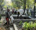 Ziua Morţilor a umplut cimitirul de lumină (FOTO)