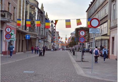 NOUA CORSO. Toate locurile de parcare din strada Vasile Alecsandri au fost eliminate, iar traficul auto este interzis. Cafenelele au mai mult loc pentru terase, aşa încât orădenii şi turiştii se pot plimba nestingheriţi pe noua pietonală