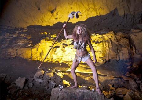 """URIAŞELE. Peştera din Bihor care ascunde urme ale locuitorilor acestor meleaguri din anul 1.600 î.e.n a fost descoperită acum 35 de ani, dar - oricât ar părea de straniu - cercetarea temeinică a bijuteriilor, vaselor, armelor şi, mai ales, a osemintelor umane a început abia anul trecut. Experţii încearcă să afle cine au fost femeile uriaşe înhumate în grotă, asemănătoare celei din imagine, ce statut au avut în comunitatea lor şi de ce aceasta a simţit nevoia să le protejeze trupurile, ascunzându-le într-o galerie greu accesibilă, pe care au şi """"sigilat-o"""" cu blocuri mari de calcar"""