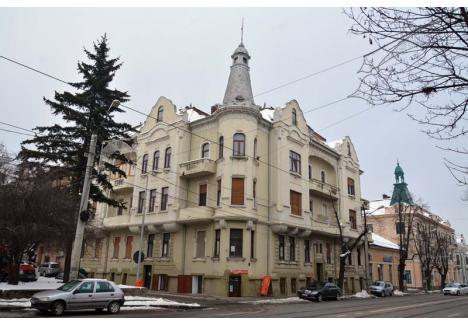 POVEŞTI NEŞTIUTE. Trei dintre palatele puţin cunoscute ale Oradiei, dar impresionante prin arhitectură, sunt vecine pe strada Republicii: Palatul Darvassy (în prim-plan) şi Palatele Gerliczy (în fundal)