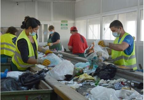 VECHIUL DEVINE NOU. Adunate de la orădeni de operatorul licenţiat de salubritate, RER Vest, deşeurile reciclabile ajung în staţia de sortare administrată de firma Eco Bihor, iar apoi la alte firme, specializate în transformarea lor în materie primă