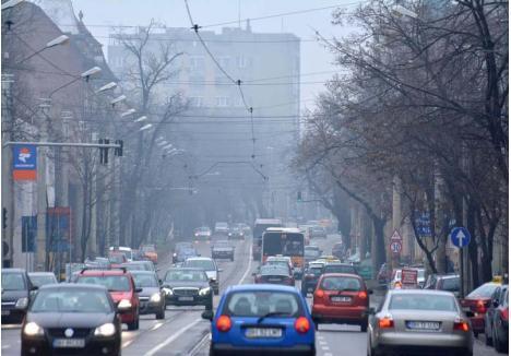 PEISAJ NECLAR. Pe străzile aglomerate ale municipiului, poluarea se vede cu ochiul liber. Bulevardul Republicii este adesea un exemplu elocvent de arteră învăluită în smog