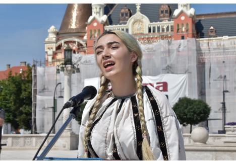 Bianca Popa (foto), tânăra care a intonat Imnul României miercuri, în Piaţa Unirii, a impresionat audienţa