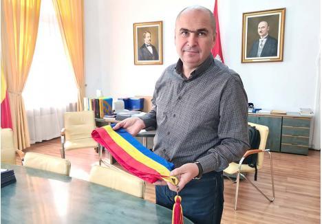 """TRICOLORUL, AMINTIRE. Singurul lucru pe care Ilie Bolojan îl va lua cu el la plecarea din Primărie va fi una dintre eşarfele tricolore cu care a participat la festivităţi şi a oficiat căsătorii civile. """"Primarul are trei eşarfe. O să o iau ca amintire pe cea mai veche. Oricum e inutilizabilă. E pătată după ce m-a prins ploaia la un eveniment"""", spune viitorul fost primar de Oradea"""