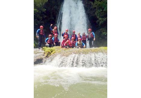 """AVENTURĂ PE CRIŞ. Defileul Crişului Repede este o zonă extrem de atractivă pentru turiştii iubitori de natură şi amatori de aventură. Pe lângă plimbări prin pădure, vizite în peşteri şi escalade pe trasee via ferrata, doritorii pot face şi ture de rafting pe râu. În periplul lor pe apă, nu vor regreta dacă se vor opri pentru un """"duş"""" la cascada din Vadu Crişului, o cădere de apă spectaculoasă, de 9 metri, unde s-a răcorit într-un weekend recent şi echipa BIHOREANULUI, cu prilejul unui team-building în zonă. Singurele care strică bucuria turiştilor sunt gunoaiele întâlnite la tot pasul..."""