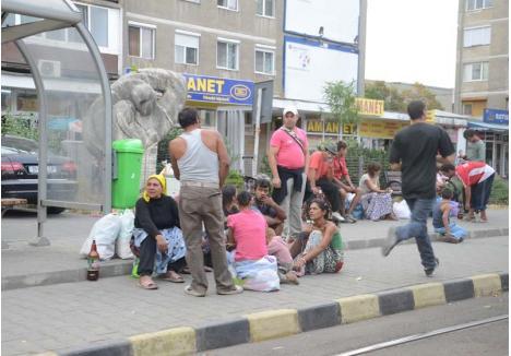 AMENDAŢI DEGEABA. Poliţiştii locali împart amenzi printre romii care îşi fac veacul în Piaţa Bucureşti, dar cam în zadar: aceştia nu le plătesc