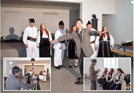 """SPECTACOL PENTRU NORIO. În ultimele zile ale anului trecut, Norio Inagaki a mers în Bălnaca, unde s-a întâlnit cu membrii Ansamblului Dumbrava. Trecuţi de mult de prima tinereţe, aceştia au făcut o demonstraţie de jocuri populare special pentru cercetătorul asiatic, care a filmat fiecare dans, luându-şi riguros notiţe despre folclorul locului. """"Muzica şi dansurile acestea sunt vechi de 500-700 de ani. Dacă se pierd, se pierde istoria..."""", spune etnograful"""