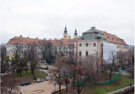 LA ÎNĂLŢIME. Printre primele lucrări demarate la Palatul Baroc sunt cele de reabilitare a şarpantei, care, potrivit arhitectului Emődi Tamás, şi-a păstrat în proporţie de 80% structura originală barocă, concepută de meşteri austrieci şi germani în secolul XVIII