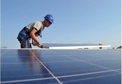 DE LA UE. Programul pentru instalarea sistemelor de panouri fotovoltaice, derulat în premieră de AFM, cu fonduri europene, ar urma să acorde finanţări pentru 30.000 de români interesaţi să transforme energia soarelui în curent electric