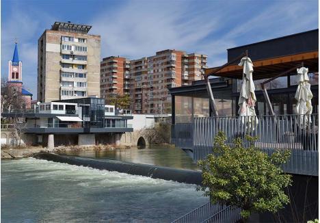 RELAXARE PE CRIŞ. Câteva firme din Oradea au mizat pe Crişul Repede în succesul afacerii, amenajând restaurante chiar lângă râu şi concesionând pentru asta şi o parte din maluri ori din cursul de apă