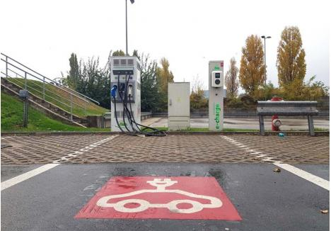 """UNICĂ ŞI GRATUITĂ. Singura staţie de încărcare a maşinilor electrice care există în Oradea este în parcarea magazinului Kaufland de pe Calea Borşului. Graţie unei iniţiative naţionale a acestei companii, care încearcă să-şi demonstreze grija faţă de mediu, şoferii pot să-şi facă aici """"plinul"""" gratuit. Cum numărul proprietarilor de maşini electrice din Oradea este mic, nici """"promoţia"""" nu este prea căutată..."""