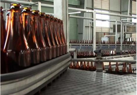 ÎNCĂ NU. Deşi legea le-a cerut să se organizeze pentru recuperarea sticlelor din magazine încă din 1 ianuarie, producătorii de băuturi întârzie să o facă. Astfel că sticlele sunt în continuare gratuite...