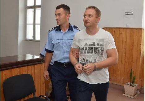 """RÂSU'-PLÂNSU'. Răzvan Vonea (foto) n-a fost prezent la pronunţarea soluţiei de condamnare din 5 decembrie, fiind plecat din oraş. S-a predat poliţiştilor, plângând, în Gară, unde era aşteptat ca să fie dus la Penitenciar. Sunat de BIHOREANUL după eliberare, profesorul se plimba relaxat prin oraş cu maşina: """"Nu ştiu ce s-a întâmplat. Întrebaţi-l pe avocat"""""""