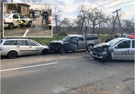 FRÂNĂ PE CONTRASENS. În imaginile surprinse de martori se văd urmele de frânare lăsate pe contrasens de maşina Poliţiei, dincolo de axul drumului, dar şi că impactul a fost atât de puternic încât ambele vehicule au fost distruse