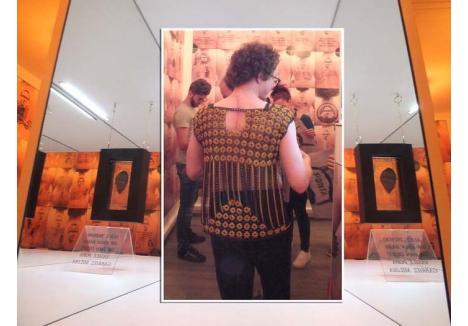 """MASOCHISM: TĂIAT, CUSUT, EXPUS! De dragul proiectului """"Muian"""", Gabriel Miloia Bako (foto) şi-a tatuat pe spate figura, şi-a decupat pielea şi a expus-o în galeria proprie. Ca să nu încapă îndoieli, artistul s-a plimbat printre invitaţi echipat într-o armură printre zalele căreia îşi etala cicatricea"""