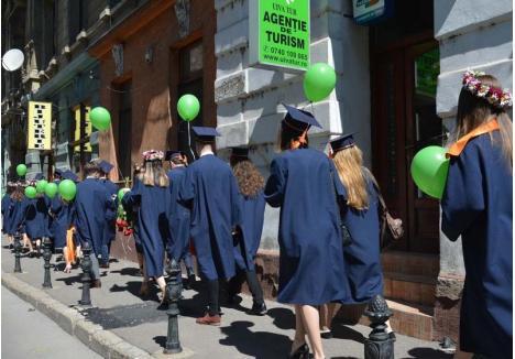 """GAUDEAMUS IGITUR! Ultima zi de şcoală este una de mare bucurie pentru tinerii care termină liceul, aceştia """"mărşăluind"""" prin oraş şi cântând """"Gaudeamus igitur"""" (""""Să ne bucurăm, aşadar""""). Bucuria lor este dublă: nu au terminat doar cursurile, ci şi de cumpărat """"atenţii""""..."""