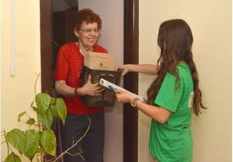 PENTRU FIECARE. Primăria şi RER Vest au achiziţionat pentru toţi cei 12.000 proprietari de apartamente cuprinşi în programul pilot câte un coş de gunoi şi 90 de saci din hârtie pentru colectarea biodeşeurilor