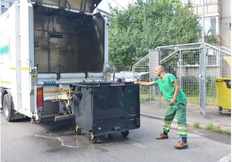 PE RÂND. Recipientele pentru deşeuri ale asociaţiilor de proprietari vor fi spălate de utilajul RER Vest, care va trece pe la toate blocurile din oraş
