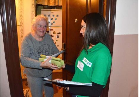 PENTRU TOŢI. Reprezentanţii RER Vest merg din uşă în uşă şi lasă câte cinci role cu saci din plastic biodegradabil fiecărui apartament inclus în programul de colectare în trei fracţii