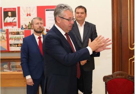 PE ASCUNS. Dispreţul faţă de transparenţă, pe care o pretinde doar din partea altora, a ajuns regulă în UDMR Bihor. Preşedintele CJ Bihor, Pásztor Sándor (centru) o urmează cu tenacitate în instituţia pe care o conduce, putând oricând să-şi adjudece un premiu pentru opacitate. Următorii pe podium ar fi chiar şefii săi de partid, preşedintele Cseke Attila (dreapta) şi preşedintele executiv Szabó Ödön (stânga), care, cu tupeu, pretind că ei nu fac politică. Ce-i drept, n-o fac corect!
