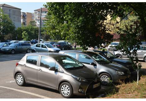 """PE BANI GREI. Peste 100 de orădeni şi-au adjudecat locuri de parcare la domiciliu prin licitaţie. """"În majoritatea cazurilor valoarea taxei a urcat de la 120 lei la 300-400 lei pe an, dar sunt şi situaţii în care s-a ajuns mult mai sus. Cea mai mare taxă, de 1.950 lei pe an, o plăteşte un orădean din zona Onisifor Ghibu"""", spune şeful Serviciul Parcări, Ioan Şimon"""