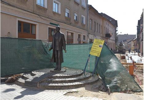 """RIDICĂ-TE, LAZĂRE! Stabilit inițial pentru 24 iulie, termenul pentru predarea lucrărilor de amenajare a străzii Aurel Lazăr a fost amânat cu 3 luni, după ce constructorii s-au încurcat reciproc. """"Zilele acestea se va turna beton pe toată strada, după care lucrările vor avansa într-un ritm mai alert"""", spune viceprimarul Mircea Mălan"""