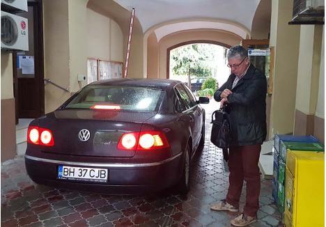 """VIN TÂRZIU... Parcarea CJ Bihor este un adevărat barometru al prezenţei la muncă. Miercurea trecută, la ora 8.00, au fost punctuali doar doi dintre cei care au maşini de serviciu. Inclusiv preşedintele Pásztor Sándor (foto) a ajuns abia la 8.30, după ce a fost alertat că """"BIHOREANUL face prezenţa"""" la poartă"""