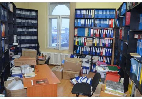 CASA HÂRŢOAGELOR. Camera pentru depozitarea proiectelor deja scrise de angajaţii DMPFI e plină ochi. Arhivarul Primăriei lucrează în fiecare săptămână câte o zi pentru a lega actele înainte de a fi mutate în arhiva din beci pentru a face loc altoraCASA HÂRŢOAGELOR. Camera pentru depozitarea proiectelor deja scrise de angajaţii DMPFI e plină ochi. Arhivarul Primăriei lucrează în fiecare săptămână câte o zi pentru a lega actele înainte de a fi mutate în arhiva din beci pentru a face loc altora