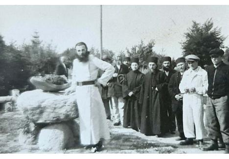 DE LA ZIAN LA ARSENIE. Tot la Mănăstirea Izbuc a fost lăsat de Zoe Dăian şi un carneţel cu un mini-album de fotografii: într-una este tânărul Zian, iar în celelalte tot el, deja stareţ, în veşminte monahale, înconjurat de călugări şi enoriaşi, în întâmpinarea mitropolitului Nicolae Bălan al Ardealului, sosit să reactiveze Mănăstirea Brâncoveanu din Sâmbăta de Sus, în 1948