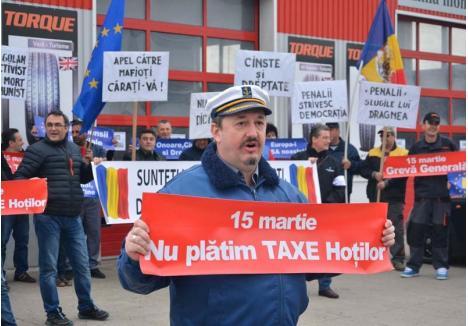 """NU CEDĂM! Cosmin Bursaşiu a fost singurul întreprinzător orădean care a ridicat miza mişcării #şîeu, băgându-şi firma, vinerea trecută, în grevă totală. """"Ne-am săturat să tot dăm bani pe care hoţii de la guvernare îi sifonează în loc să facă şosele, şcoli, spitale"""""""