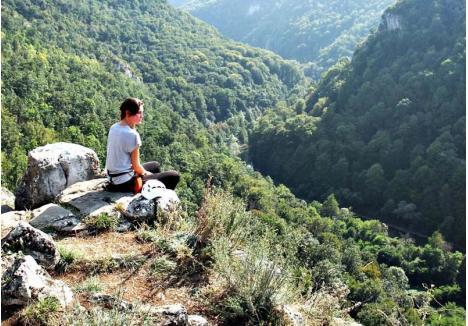 MISTERELE PĂDURII CRAIULUI. Pădurea Craiului este o arie protejată întinsă pe aproape 40.000 hectare în partea central-estică a judeţului Bihor, cuprinzând inclusiv defileul Crişului Repede şi o parte din Depresiunea Beiuşului. Munţii oferă peisaje idilice celor care le cuceresc piscurile, dar şi temerarilor care coboară în peşteri (foto: Andrei Posmoşanu)