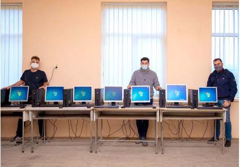 CEI TREI. Pentru a-l ajuta pe Ionuț (centru), care este implicat în mai multe proiecte, Andrei Lupu (stânga), elev la Colegiul Gojdu, se ocupă de voluntari, Ionuț Jarca (dreapta), fotograf pasionat de tehnologie, coordonează procesul de recondiționare a echipamentelor IT, iar împreună, toți trei, le livrează. La finalul lunii noiembrie, aceștia au fost la școala din Balc, unde au donat 10 calculatoare