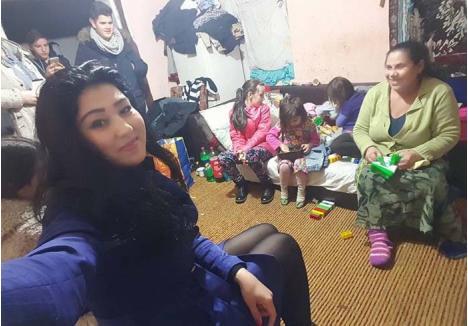 OCUPAŢI SĂ AJUTE. Cristi şi Rebeca nu au nici măcar o fotografie care să-i înfăţişeze pe amândoi cu una din familiile pe care le-au ajutat. Ocupaţi să umple sacoşe pentru sărmani, nu pierd vremea făcându-şi selfie-uri împreună...