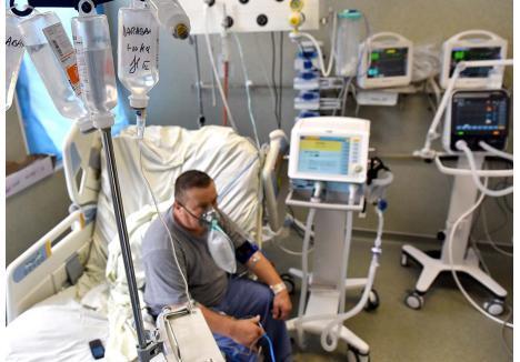 """""""ĂIA-S NEBUNI"""". Unul dintre puţinii pacienţi neintubaţi, capabili să se mişte şi să vorbească, a ajuns marţea trecută de la UPU direct în Terapie Intensivă. Din fericire la timp, putând respira doar cu o mască CPAP. """"Ăia-s nebuni!"""", crede Liviu Dărăban (foto) despre cei care zic că virusul produce doar o răceală. """"Să ajungă ei aici şi-atunci o să vadă..."""""""
