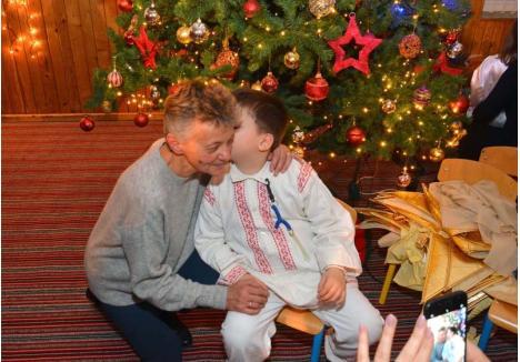 """SĂRBĂTOARE ÎN FIECARE ZI. Dorina Vlad l-a întâmpinat pe Moş Crăciun alături de preşcolarii de la Casa Minunată, ocupându-se, ca de obicei, mai ales de cei cu nevoi speciale. În dimineaţa de după serbare a ajuns la grădiniţă cu punctualitatea obişnuită, i-a ajutat la micul dejun şi apoi a urmat cu ei programul obişnuit. """"Fiecare zi este şi pentru mine, ca şi pentru ei, o joacă şi o poveste"""", consideră Dorina"""