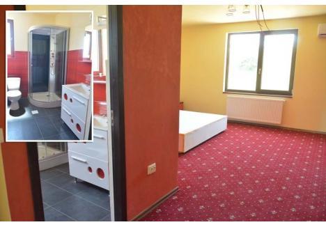 ÎMPĂRAŢI ŞI PROLETARI. La cele două etaje şi la mansardă sunt câte 7 camere, din care câte două VIP, triple ca suprafaţă comparativ cu celelalte, dotate cu birouri şi duşuri-jacuzzi, ba şi personalizate în culori diferite - roşu, crem, maro şi mov