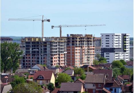 """VÂNDUT! Cererea de apartamente este atât de ridicată încât constructorii îşi vând apartamentele încă din faza de şantier. """"Blocul 5 din zona Ceyrat, de 80 de apartamente, care urmează să fie predat în august, este deja vândut. Acum vindem blocul 3, cu termene de predare în luna noiembrie şi martie anul viitor"""", spune directorul de vânzări al grupului Prima, Ciprian Sonea"""