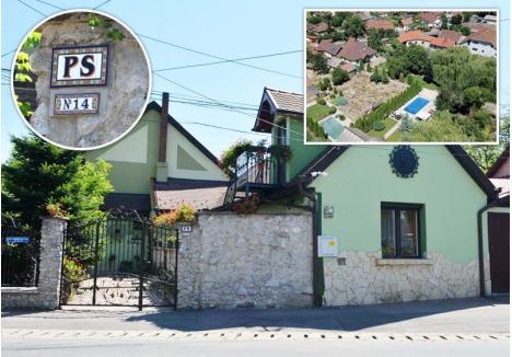 """AFARĂ-I GARDUL, NU SE VEDE MILIARDUL. Puţini trecători ar bănui din stradă că dincolo de gardul casei din Oradea a lui Pásztor Sándor se întinde o proprietate opulentă, de aproape 1.700 mp, doar iniţialele P.S. afişate la vedere indicând că stăpânul are un ego pe măsura acesteia. Ea se vede, însă, şi din avion: începută pe o stradă, proprietatea se termină pe o alta, cuprinzând şi loc de plajă, piscină şi filigorie. Iniţial de 144 mp, în 2012 vila lui Pásztor a sporit la 219 mp, operaţiune care presupune costuri însemnate, dacă nu cumva de execuţie s-a ocupat vreo firmă """"prietenă"""" care să-l fi scutit de cheltuieli"""