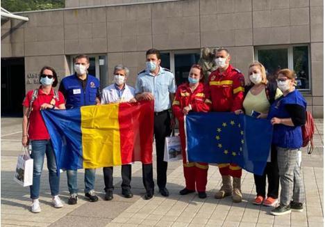 ARRIVEDERCI! Voluntarii români, la plecarea din Italia. Orădenii Alexandra Pop, dr. Dragoş Botea, dr. Monica Dacz şi dr. Alin Suciu sunt prima, al doilea, a cincea şi al şaselea din imagine