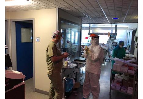"""ÎN TRANŞEE. """"Lupta anti-Covid nu e medicină de stetoscop, este medicină de război, lucrezi în medii şi condiţii ostile, ca un soldat"""", a remarcat în spitalul din Lecco dr. Alin Suciu, surprins în imagine împreună cu asistenta Alexandra Pop"""