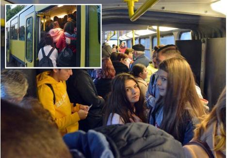 """SARMALE LA DEJUN. După începerea şcolii a devenit o adevărată aventură să circuli cu tramvaiul dimineața în Oradea. În jurul orei 7.30, garniturile sunt pline mai ales cu elevi care trebuie să ajungă la cursuri. """"Suntem înghesuiți ca sarmalele"""", s-a plâns un licean BIHOREANULUI"""