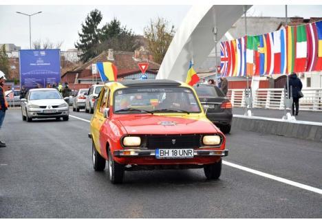 """FAN DACIA. Specialist în tuning auto şi câştigător al multor premii internaţionale, Ervin Koszta este un fan al bătrânei mărci autohtone. """"În Dacia ne-am născut cu toţii"""", explică el fascinaţia pentru maşina emblematică a românilor dinainte de 1989. Unul dintre cele şase exemplare din colecţia personală l-a vopsit în culorile naţionale şi i-a pus numărul BH-18-UNR, special pentru a sărbători Marea Unire şi a inaugura cu ea Podul Centenarului"""