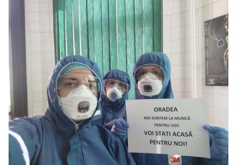 """MODEL. Dr. Mirela Indrieş, şefa uneia din cele două secţii de Boli Infecţioase ale Municipalului, a dat joia trecută o pildă de responsabilitate. Pregătită să acţioneze în eventualitatea unor epidemii ucigătoare precum SARS şi Ebola, doctoriţa şi două colege s-au fotografiat cu mesajul: """"Oradea, noi suntem la muncă pentru voi. Voi staţi acasă pentru noi!"""""""