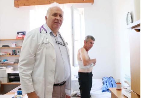 """RITUAL VITAL. De trei ani, doctorul Valentin Pantea îşi începe fiecare dimineaţă la fel: îl aduce la cabinet, dintr-un sat vecin, pe bace Dumitru, căruia i-a fost extirpat un plămân, iar în piept i-a rămas o cavernă ce trebuie curăţată şi pansată zilnic. """"Nu ştiu ce m-aş face fără domnu' doctor"""", oftează Dumitru Jurjuţ, pe care medicul nu doar că nu-l taxează, ci îl şi """"sponsorizează"""""""