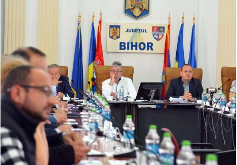 ALIANŢĂ ÎN DIVORŢ. Votul potrivnic dat de reprezentanţii ALDE după trei ani de tovărăşie cu PSD şi UDMR l-a afectat atât de mult pe preşedintele CJ Bihor, Pásztor Sándor (stânga), încât l-a lăsat pe vicepreşedintele Traian Bodea (drepta) cu braţul întins la finalul şedinţei, refuzând să dea mâna cu el. O jignire care poate cântări greu în desfiinţarea coaliţiei care a condus judeţul în ultimii trei ani