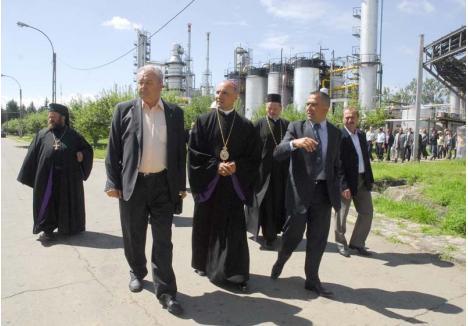 """DESCHIDERE CU ŞTAIF. În iulie 2010, rafinăria Crişana din Suplacu de Barcău era redeschisă cu mare fast şi sobor de preoţi de toate confesiunile, de Antonino Papalia, Călin Bălaj şi Racz Attila, aplaudaţi de toate notabilităţile judeţului. Printre invitaţi s-au numărat fostul primar al Oradiei, Petru Filip, atunci senator, deputaţii Octavian Bot (PDL) şi Ioan Roman (PSD), prefectul Gavrilă Ghilea, preşedintele CJ Cornel Popa, Călin Vesa, naşul de cununie al lui Bălaj, pe atunci şeful Regionalei Vamale, dar şi judecătorul Mircea Puşcaş, acum la puşcărie. Cum s-ar zice, numai """"lume bună""""..."""