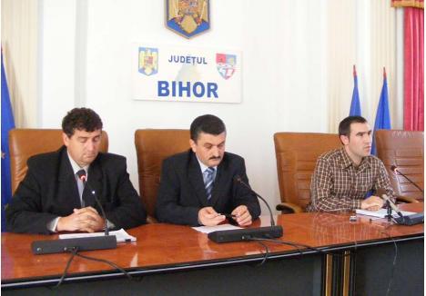 VREMURI BUNE. Angajat în CJ Bihor pe vremea fostului preşedinte Radu Ţîrle (mijloc), fostul ofiţer SRI Marius Batin (dreapta) a devenit consilier al acestuia şi chiar şef al Corpului de control, participând împreună la conferinţe de presă. Ulterior, în scurt timp, a devenit un apropiat al vicepreşedintelui Dumitru Voloşeniuc (stânga), cu care a ajuns partener de învârteli şi de dosar penal. Cine se aseamănă, se adună, cum se zice...