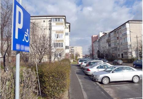 """AJUNGE! Municipalitatea vrea să reducă numărul locurilor de parcare rezervate persoanelor cu handicap. """"Mulți orădeni s-au arătat deranjați de pădurea de indicatoare din cartiere, mai ales că unele persoane care aveau locurile rezervate nu sufereau în realitate de niciun handicap"""", spune directorul Direcției Patrimoniu Imobiliar, Lucian Popa"""