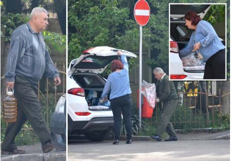 ÎNVIERE CU BELŞUG. Secretara Ocolului Silvic Oradea, Elena Balog, şi-a umplut portbagajul cu plocoanele de la pădurari. Unul dintre aceştia, Ioan Ilonca (dreapta), îi adusese o carcasă întreagă de miel, iar altul, Gheorghe Bughiu (stânga), i-a dat, din ce primise şi el, un bidon cu vin. Solicitată de BIHOREANUL să se explice, femeia a negat evidenţa, iar când i s-a cerut să deschidă portbagajul SUV-ului a refuzat. Plin ochi, ar fi dat-o de gol...